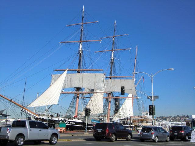 青空を背景にした帆船