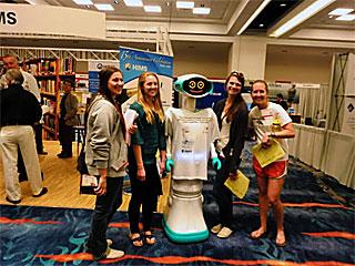 ロボットは女子に人気 けっこうしゃべる