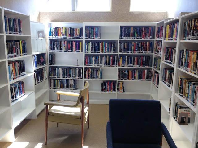ミステリーが揃った高齢者施設の図書館
