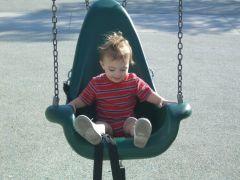 インクルーシブパークで遊ぶ子供