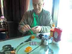 小さな磁石をくっつけて小さな形を作り・・