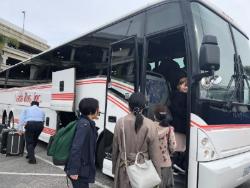 (大きなバスに乗り込む)