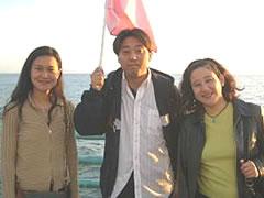 写真:ユーディット3人組み(LAの海を背景に)