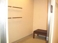 写真:服をかけるバーも2段、椅子もあるアクセシブル試着室