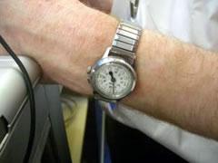 写真:点字つきのアンティークな時計がおしゃれ