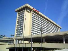 写真:マリオットホテルの威容。視覚系のデモはこちらが多い
