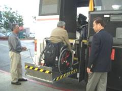 写真:恒例のリフトバスでお買い物。ガイドさんも慣れたもの。