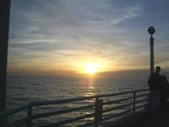 写真:マンハッタンビーチの夕陽はとってもロマンチック