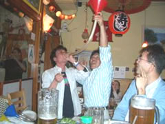 写真:相変わらずのビール一気飲み大会だ
