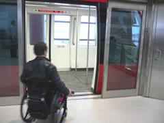 写真:空港内のトラム