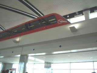 画像:空港内シャトル