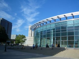 日系人博物館の建物 空が青い