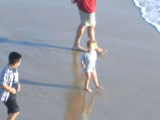 ビーチで遊ぶ子どもは天使のようだ