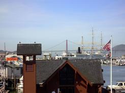 画像:建物の向こうにゴールデンゲートブリッジが見える