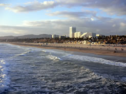 画像:風の強いサンタモニカの海岸