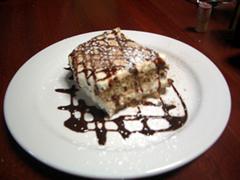 画像:もういいって言ってるのに……サービスのケーキ
