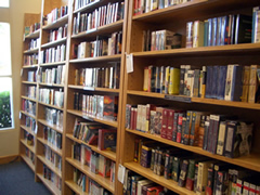 画像:膨大な量のオーディオブックの棚