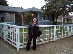 画像:増井さんの家の前で