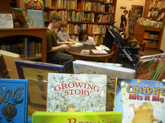 画像:子どももたくさんいる学内の書店