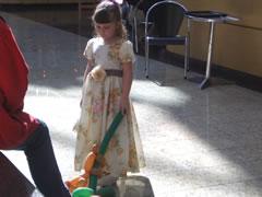 画像:モールで見かけた女の子、着飾っているがなぜかご機嫌斜め