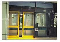 画像:地下鉄の二重扉