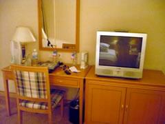 画像:机の横にあるテレビの写真
